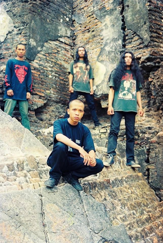 Death Vomit, di Tamansari, Yogyakarta. Paling depan berjongkok adalah Agung . Berdiri ki-ka: Roy Agus P (drums), Sofyan Hadi (guitars), Aryudha (bass)